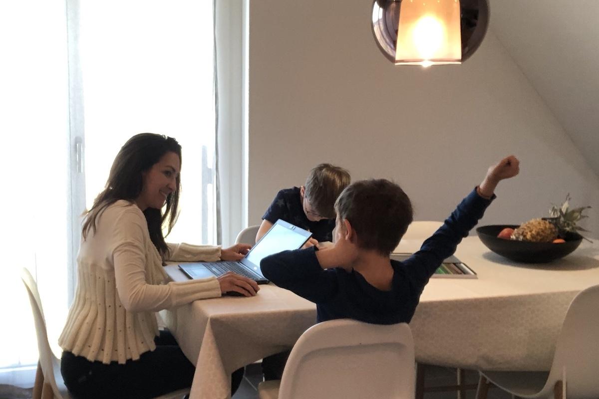 Vanessa Gentile mit Söhnen beim Hausaufgabenmachen